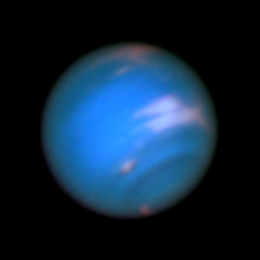 Május 16-án készítette a Hubble űrteleszkóp ezt a felvételt a Neptunuszról. A fotó különlegessége, hogy a bolygó alsó harmadán új, eddig még nem észlelt sötét folt jelent meg. Hasonló vihart a Voyager 2 űrszonda is lefotózott, amikor 1989-ben elhaladt a gázóriás mellett, sőt 1994-ben maga a Hubble is  látott ilyesmi foltot, de a 21. században ez első ilyen megfigyelés.