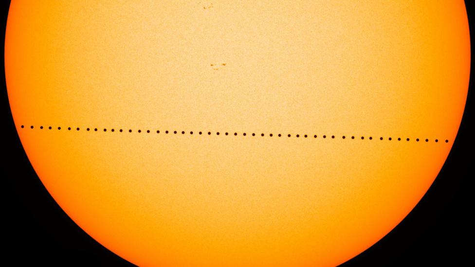 Május 9. Naprendszerünk legbelsőbb bolygója, a Merkúr elhaladt a Nap és a Föld között. A hét és fél óráig tartó kozmikus eseményt a NASA Solar Dynamics Observatory (SDO) műholdja is rögzítette, mit az ezen a kompozit fotón látható.