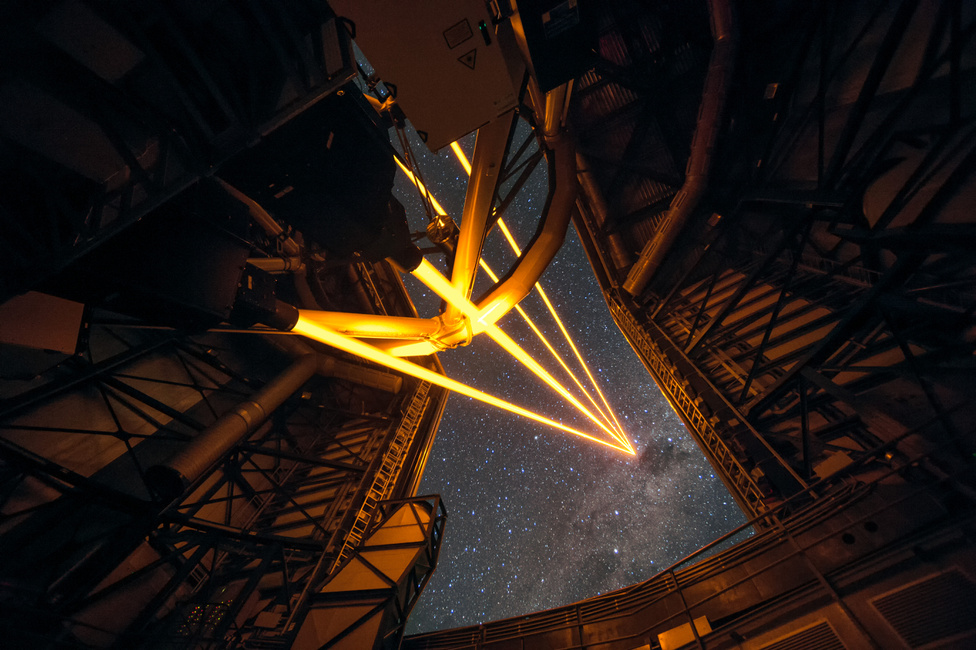 Április 26. Az ESO (European Southern Observatory) Paranal obszervatóriumának újonnan beüzemelt lézeres csillagirányzéka a VLT (Very Large Telescope) kupolájában.