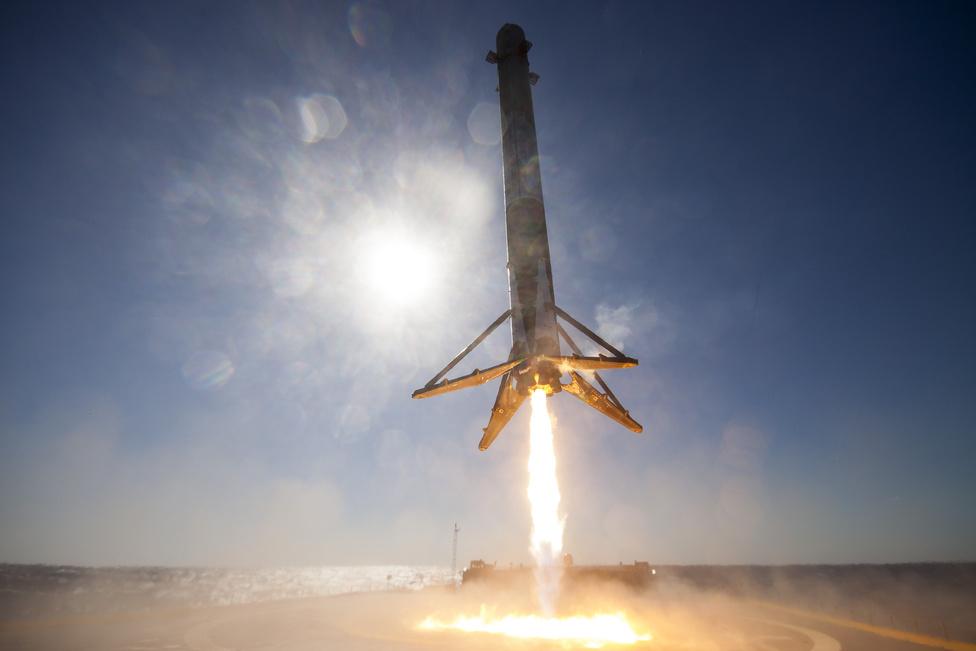 Április 8. Űrtörténeti siker: a SpaceX Falcon 9 rakétája először landolt sikeresen a cég autonóm tutaján, az Atlanti-óceánon, 320 kilométerre Florida partjaitól.