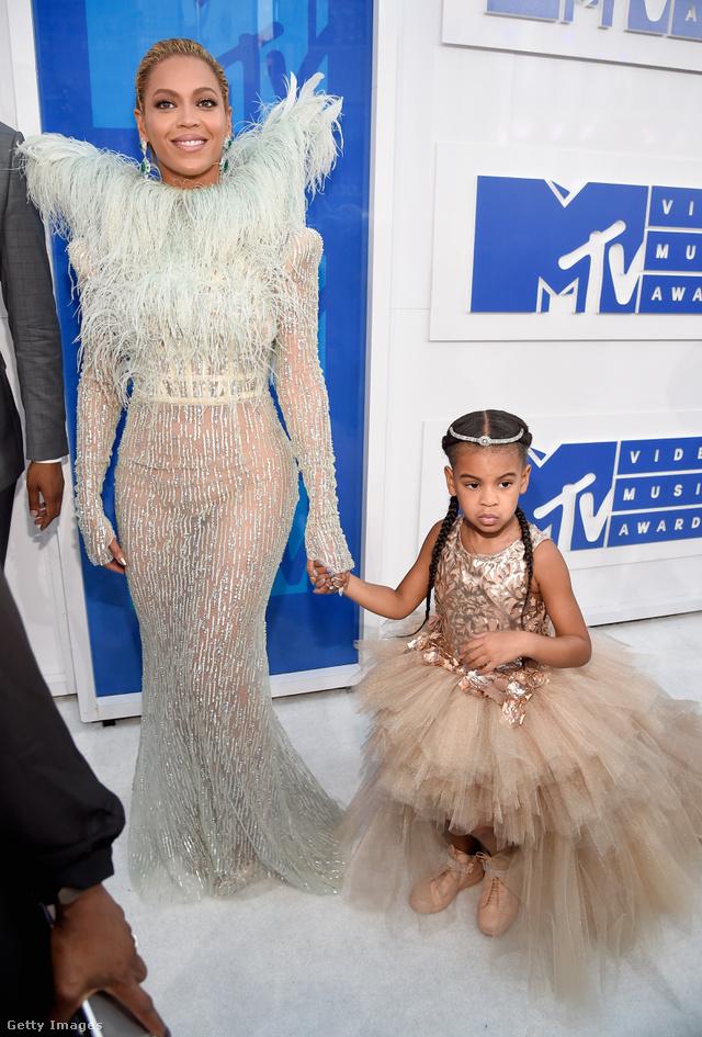 A kislányon látható dizájnerr tüllruha 11 dollárjába, kb.3 millió forintjába fájt az Beyoncénak.