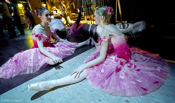 Az Angol Nemzeti Balett balerinája a kulisszák mögött nyújt, 2011.