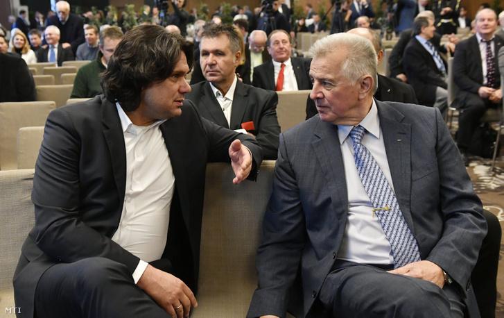 Deutsch Tamás MOB-alelnök, az MTK elnöke és Schmitt Pál volt köztársasági elnök a MOB tiszteletbeli elnöke beszélget a közgyűlés kezdete előtt.