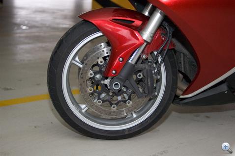 A fékeket C-ABS, vagyis kétkörös hidraulikus blokkolásgátló rendszer segíti. Kiválóak