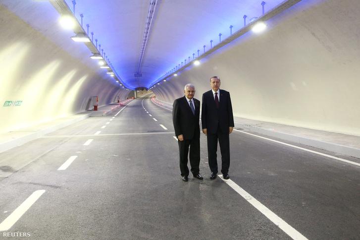 Erdogan török elnök és Yildrim török miniszterelnök az új alagútban