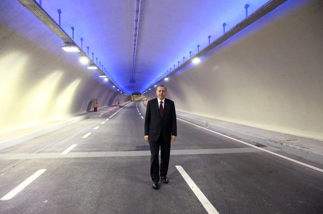 Recep Tayyip Erdogan török elnök az újonnan megépített isztambuli Eurázsia-alagútban december 20-án az avatás napján