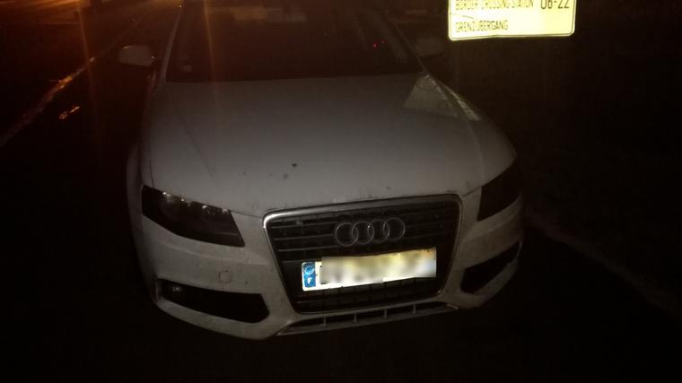 Ennek az Audinak a sofőrje úgy gondolta, hogy elég ha filctollal átírja a forgalmi érvényességi idejét.
