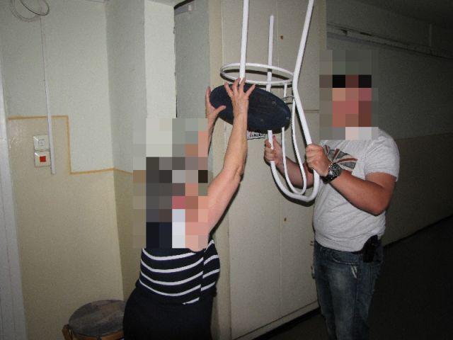 Júniusban történt egy olyan eset, amikor Komáromban egy 29 éves férfi egy 76 éves nőtől 50 ezer forintot követelt. A nőt a falnak lökte, a karjánál fogva a lépcsőházba rángatta és egy székkel fenyegette. A képen egy rendőr segítségével mutatja meg, hogy mi történt. A nő végül addig kiabált, míg a támadó elmenekült. Ha jobban megnézi a képet, láthatja, hogy a székről épp leesik az ülőkéje, ami még pluszban kölcsönöz egy leheletnyi abszurditást a fotónak.