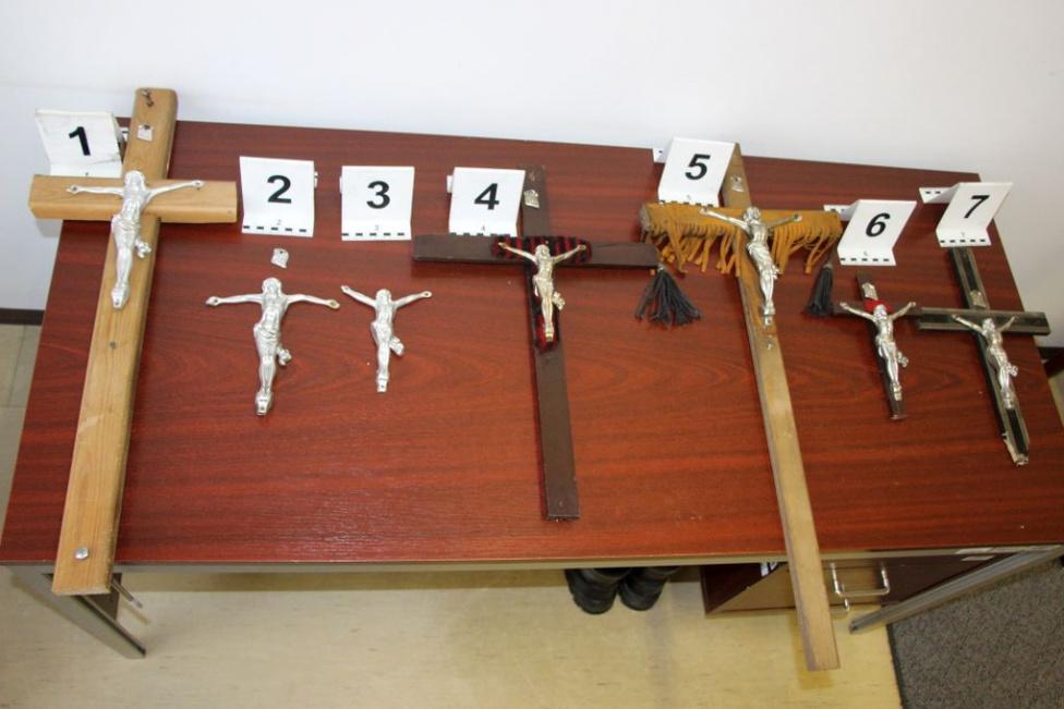 A 69 éves T. Péter vagy nagyon szerette Jézust, de nem jól. Ugyanis a csongrádi Kéttemető úti temetőből tíz alumínium feszületet akart ellopni, amit nem sikerült lefeszíteni, azt otthagyta. A képen ebből hetet látnak egy íróasztalra kiterítve, ezeket találták meg nála. Az volt a célja Péternek, hogy otthonát feldíszítse velük - vallotta be a rendőröknek.