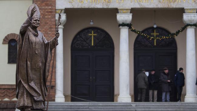 Életnagyságú szobrot kapott II. János Pál pápa Szombathelyen