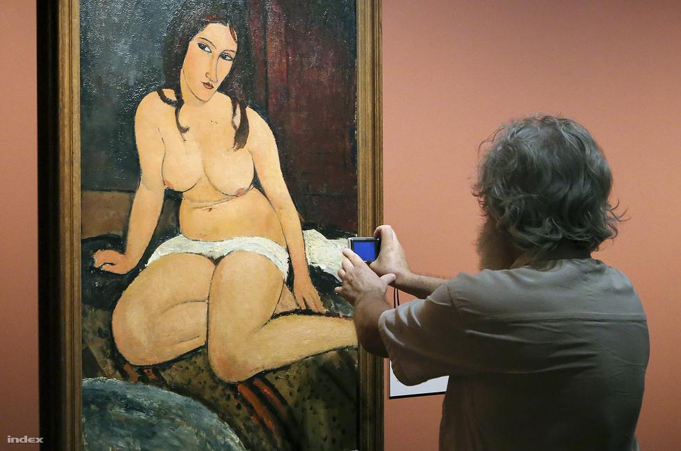 Az év egyik fontos hazai kulturális eseménye volt itthon az első magyarországi Modigliani-kiállítás: a festő az életében hiába volt alkohol- és kábítószerfüggő, és rohangált néha meztelenül Párizs utcáin, a Magyar Nemzeti Galériában rendezett kiállítás kizárólag a képekről és az életműről szólt. No meg Modigliani legendás, pupilla nélkül festett portréiról, melyeket százezernél is többen néztek meg Budapesten.