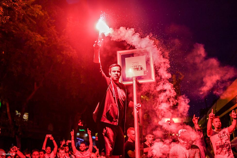 A nyáron egészen megdöbbentő dolog történt: a magyar labdarúgó válogatott nemcsak, hogy harminc év után először kijutott egy nagy nemzetközi tornára, de nem is égett le ott. Ez pedig nálunk ritkán látható örömünnepeket váltott ki: budapestiek tízezrei tódultak ki az utcára, és ünnepeltek az osztrákok elleni győzelem, illetve a portugálok elleni, csoportelsőséget érő döntetlen után. Az ünneplésbe hiába próbáltak páran agressziót belelátni, ez a karnevált idéző felvonulás tényleg nem az erőszakról szólt, hanem annak, hogy végre a mostani fiataloknak (és nem is annyira fiataloknak) is megadatott egy ilyen alkalom. Mert hiába eredményesebbek a kajak-kenusok és a vízipólósok, tömegeket csak a foci képes kivinni az utcára.