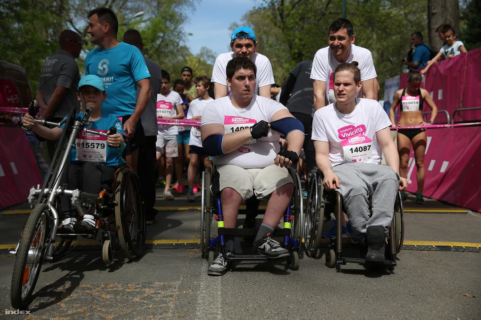 """A kétnapos Vivicittá városvédő futóversenyen 30 ezren vettek részt áprilisban, és az idén a futók az autizmussal élőkre hívták fel a figyelmet, de rajthoz álltak handbike-os és kerekesszékes versenyzők is, akik a mezőny előtt indultak néhány perccel. A futáson az Index több munkatársa is részt vett, közülük Iván András külpolitikai újságíró a hétvégét záró klasszikus, 10 km-es Vivicittá távot futotta le, és az alábbi megdöbbentő felfedezést tette: """"A biztató hangok és az utcazenészek mellett viszont a szélben azt is felfedeztem, hogy egy futónak a frissítőpontok környékén a földön egyszerre fél métert előre, hátra guruló több száz műanyag pohár zaja is milyen lelkesítő zörgésnek tud tűnni."""""""