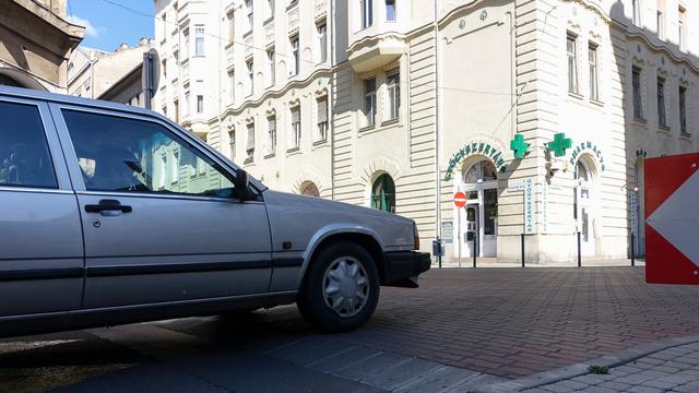 A Visegrádi utcánál már korábban építettek egy forgalomlassító emelvényt. Működik, mert mindenki félti az autóját