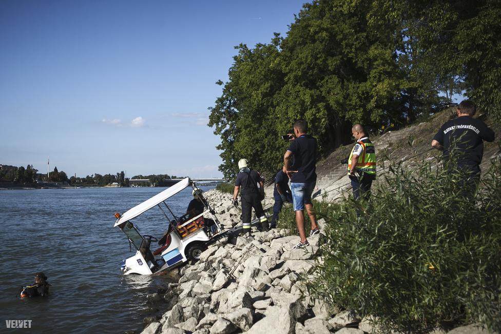 Ezen a képen fotósunk egy kisebb és szerencsére komolyabb következmények nélküli, viszont annál látványosabb balesetet örökített meg, amikor augusztusban a közteresek autója belehajtott a Dunába a Margitszigeten.
