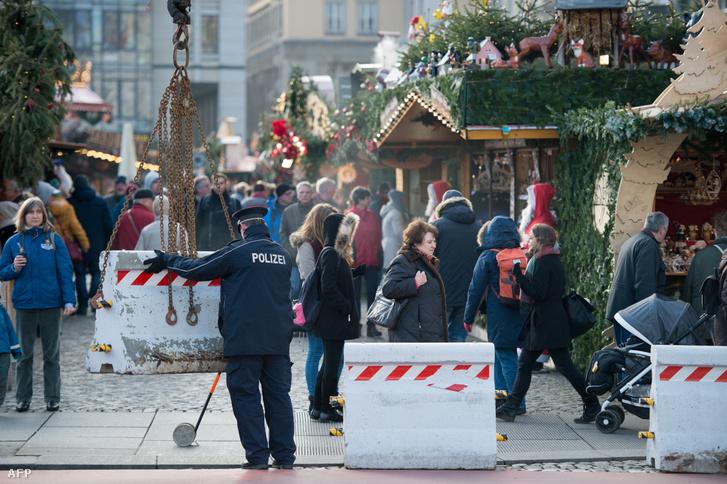 Thomas de Maizière német belügyminiszter azt mondta, hogy a karácsonyi vásárokat nem kell leállítani a berlini támadás után, de növelték a rendőri jelenlétet. Drezdában viszont betontömbökkel vették körbe elővigyázatosságból az ottani vásárt.