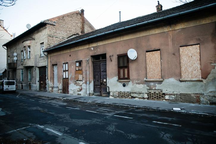 Ezeket a Kálvária utcai házakat is eladnák
