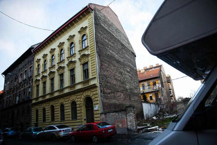 Ezt a Lujzai utcai házat is a Magdolna Negyed Programban újították fel, most pedig eladnák