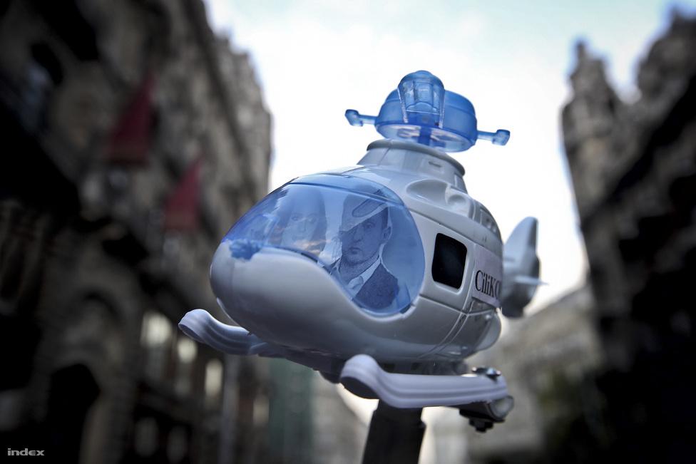 Ez a helikopter október 16-án emelkedett a magasba, amikor az Együtt és az LMP felhívására ezrek tüntettek a sajtószabadság mellett, közvetlenül azután, hogy a Népszabadságot megszüntette a tulajdonosa, mielőtt eladta volna a kiadót Mészáros Lőrincnek. A lap pont azelőtt cikkezett Rogán Antal helikopterezéséről, ezért nem meglepően sokan összefüggést gyanítottak a két történés között, de a fideszes politikus ügyei később se kerültek le a napirendről.