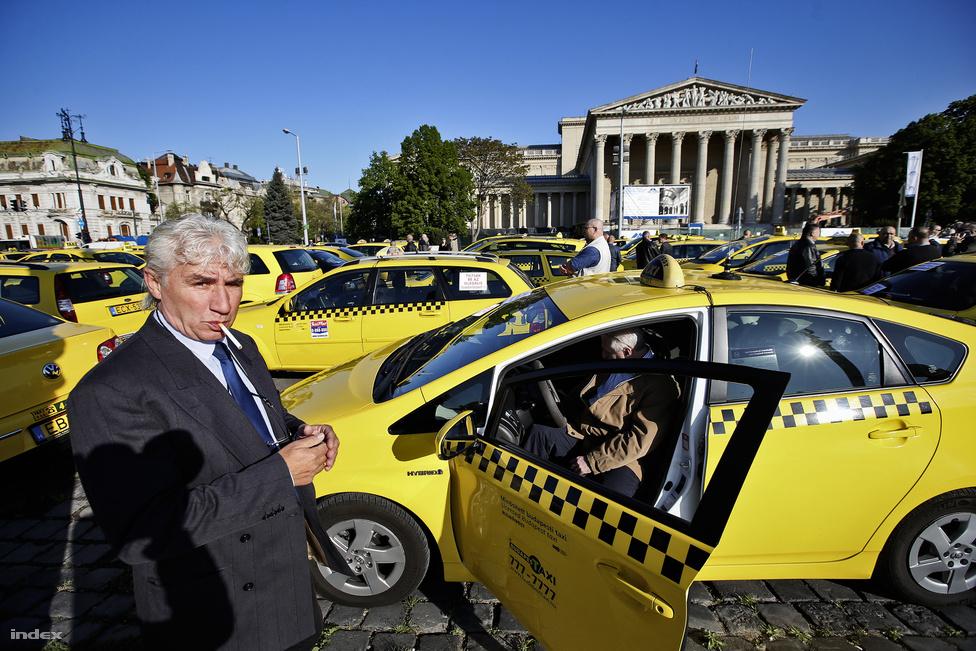 Annyi minden történt azóta, hogy már alig emlékszünk az év első felében több nagy budapesti demonstrációt is tartó taxisokra, akik az Uber ellen tiltakoztak. Hiába nem lehetett arról beszélni, hogy a közhangulat a taxisok mellett állt volna, végül mégis ők győztek, amikor júliusban a kormány által teljesen ellehetetlenített Uber kivonult az országból. Hogy aztán hosszabb távon mi lesz ebből, az jó kérdés, mindenesetre a taxisok jó 25 év után újra elmondhatták magukról, hogy napokra tematizálták a közbeszédet az országban.