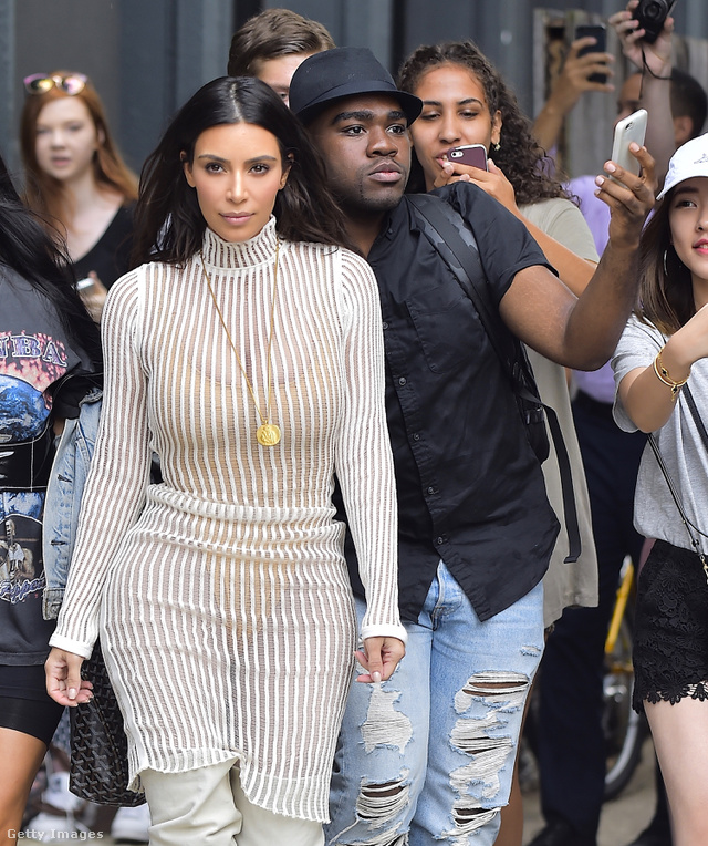 Meglepő, de mintha Kim Kardashian tényleg élvezné, hogy minden lépését követi a sajtó és a rajongók.