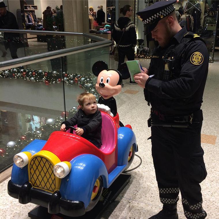 Például igazoltatják a gyanútlan autósokat a plázában, mert sosem lehet tudni...