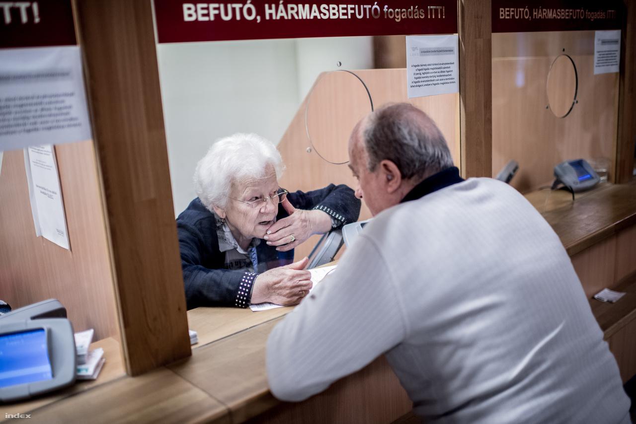 """Pásztor Piroska is lósportban dolgozó dinasztia tagja. Az egykori lóverseny vállalatnál dolgozó nő 1961-ben ismerkedett meg férjével, a kiváló zsoké, majd később tréner Barna Andrással. Szerelem volt első látásra. A zsoké az első nap megígérte, hogy egy év múlva feleségül veszi. Úgy is lett. Aztán együtt dolgoztak a sikerekért. Pásztor Piroska ha kellett éjszaka is jártatta a lovat, majd később ő lett a biztos háttér, kezelte a könyvelést, fizette a férje alá tartozó lovasokat. A gyermekeikben is lovasvér folyik. Lányuk, Mónika amatőrlovasként futamot is nyert, ma pedig már versenyigazgatósági tag, azaz versenybíró. Piroska nyugdíjba vonulás után sem szakadt el a lóversenytől. Versenynapokon kasszásként dolgozik. """"A fogadóknak lelkük van, hisznek néhányan abban, hogy csak nálam nyerhetnek, de olyan is van, aki azt hiszi, én vittem el a szerencséjét."""" Kasszásként is érzékeli, hogy megváltozott a lóverseny, kevesebb fogadó jár ki, és már nem is az az úrinak mondott társaság, mint egykoron volt."""