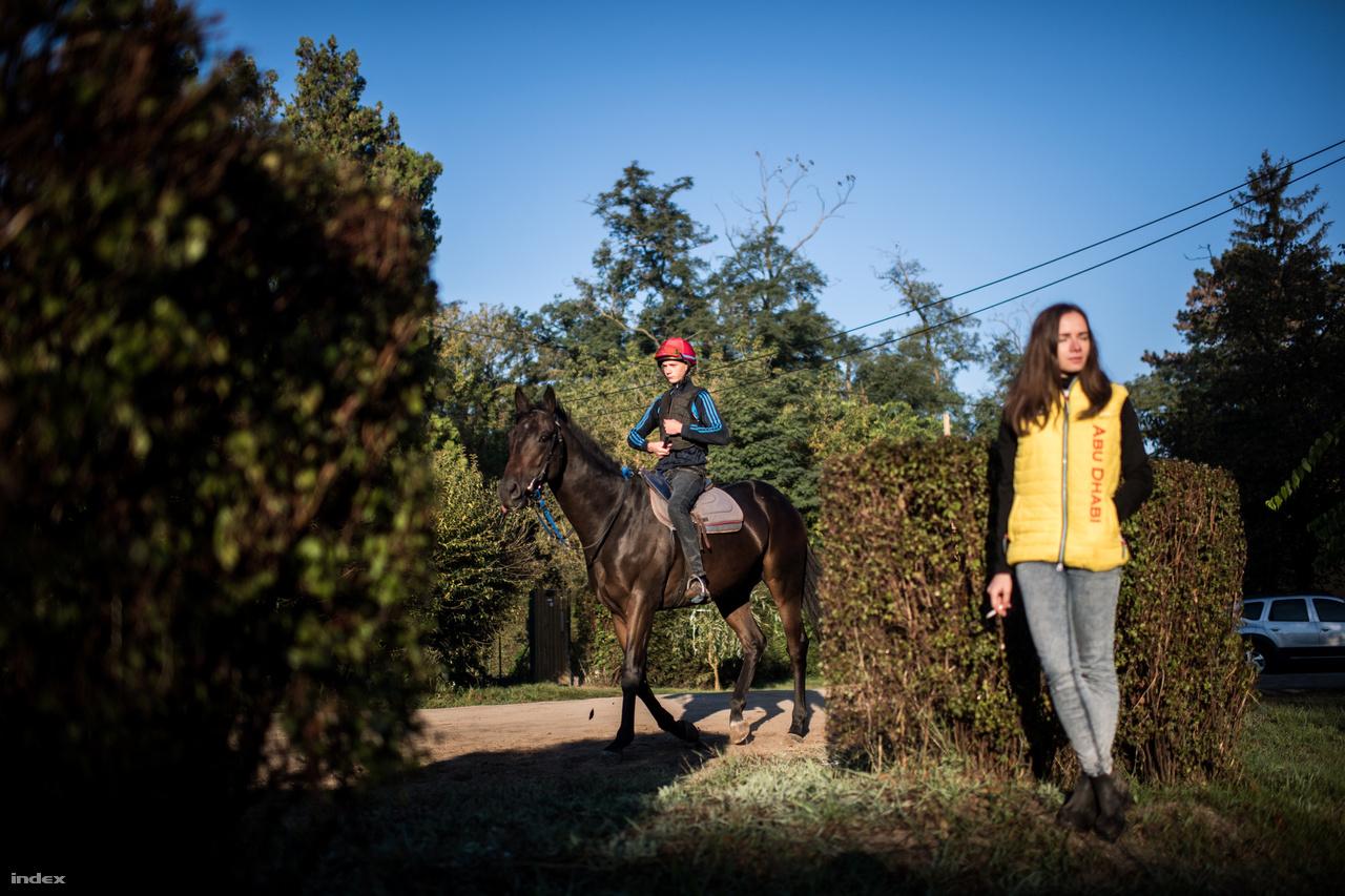 A lóversenyről azt is tartják, hogy a világ legigazságosabb sportja, hiszen férfiak és nők együtt indulnak a galoppfutamokon, mindig is egy WC-be jártak a fiúk és a lányok. Egyre több női zsoké és munkalovas van, a megfoghatatlan női kisugárzást sok ló is megérzi.