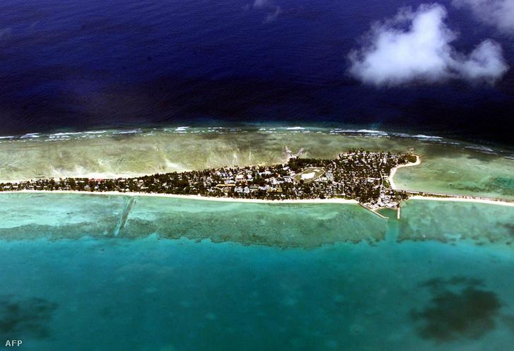 Tarawa, az ország legfontosabb szigete. Itt laknak a legtöbben, és innen irányítják a többi 31 szigetet is.