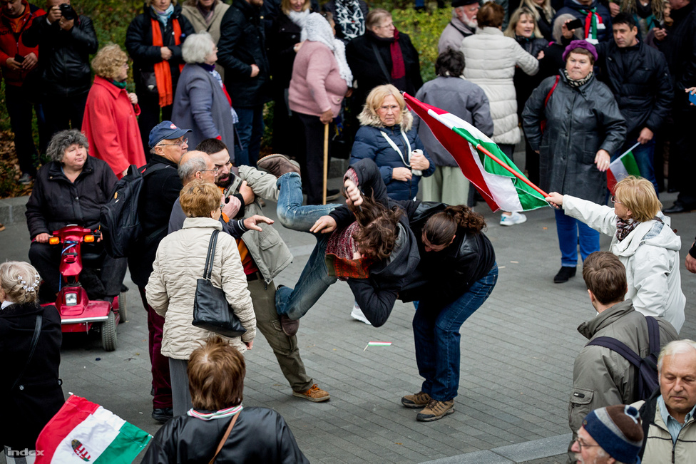 Az, hogy ez egy végletekig megosztott ország, keveseket érhet meglepetésként manapság, de azért azok a jelenetek, melyek október 23-án játszódtak le a Kossuth téren, még így is túlzásnak tűnnek. Ellenzéki politikusok felhívására tüntetők is vegyültek az Orbán Viktor beszédére összegyűlt tömegbe, és síppal adtak jelet nemtetszésüknek. Ez azonban a kormánypárt zömmel nyugdíjasokból álló fan clubjának nem tetszett, és jöttek a pofonok meg a lökdösődés, és persze az erről készült nagyszerű fotók.