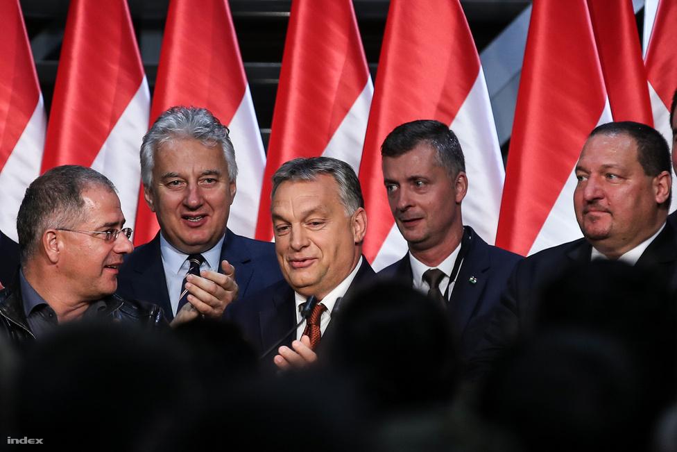 Nem lehet a kvótanépszavazás említése nélkül sem beszélni 2016-ról, hiszen szeptember-októberben erről szólt minden: a kormány iszonyatos erőforrásokat szórt el a propagandára, az ország bekékült a nemmel szavazásra biztató plakátoktól, aztán a végén mégsem mentek el annyian, hogy a szavazás érvényes legyen. A képen a Fidesz-vezérkar még optimistának tűnik, de később már volt pár feszült arc is a pódiumon.