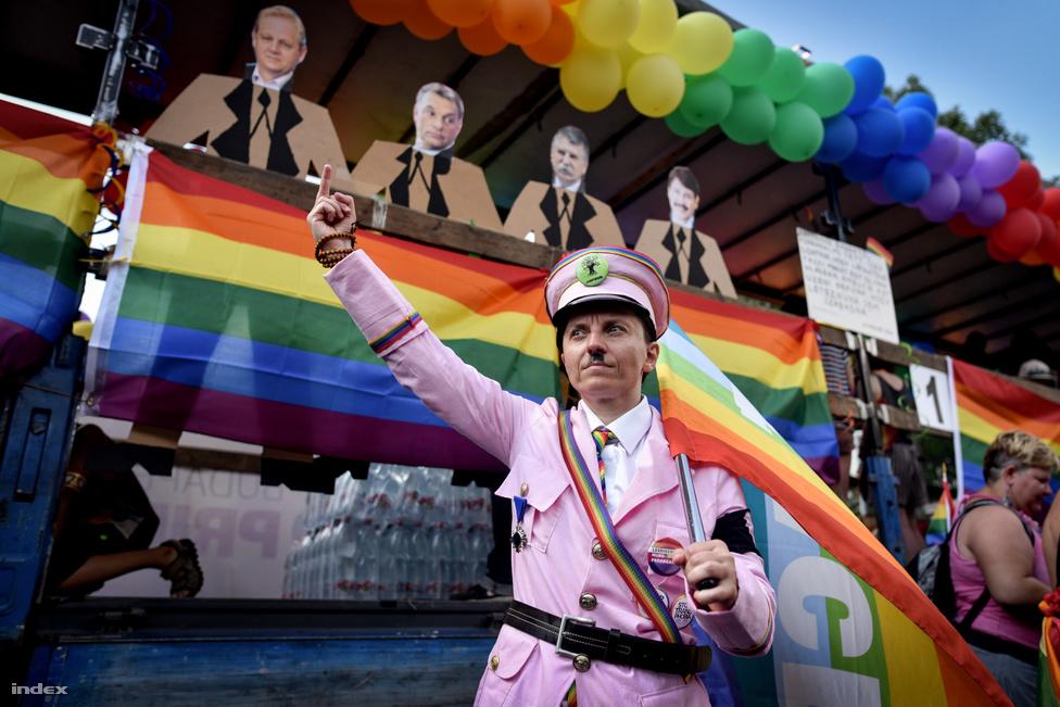 Még tartott a foci-Eb-t övező eufória, amikor az éves melegfelvonulást rendezték meg az Andrássy úton. És hogy mi történt idén a Budapest Pride-on? Hát, abszolúte semmi: akit érdekelt a téma, az felvonult, akit nem, az nem ment a környékre sem, és kész. Valahogy így is kell ennek kinéznie.
