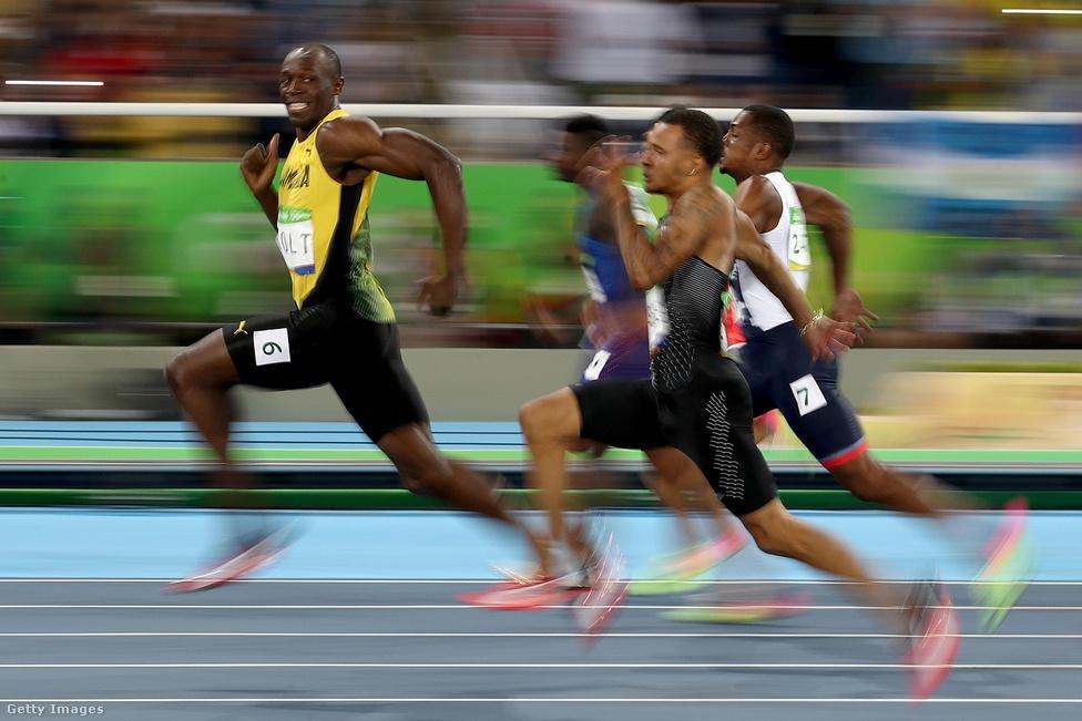 Ha Hosszú Katinka mellett mondani kéne még egy nevet, aki rögtön beugrik Rióból, biztosan Usain Bolt az. Ez a fotó pedig az a kép, amit minden sportoló szeretne magáról a sikerei mellé. Bolt nevetve kacsint hátra a megfeszítve futó társaira a 100 méteres síkfutás elődöntőjében. A hibátlanul elkapott pillanat másik érdekessége, hogy a pályát fotózó több tucat fotós közül kettőnek sikerült elkapnia, ők viszont nem is a futópályán voltak, csak épp hogy átfordultak egy képre.                         Usain Bolt megcsinálta a 3x3 aranyérmet, a 2008-as                          pekingi, és a 2012-es londoni olimpia után Rio de                          Janeiróban is triplázni tudott, 100 és 200 méteren,                          valamint a 4x100-as jamaicai váltó tagjaként is győzni                          tudott. A világ leggyorsabb embere azonban már az                          olimpia előtt bejelentette,                          hogy 2017-ben visszavonul, az augusztusi londoni                          világbajnokság lesz az utolsó versenye.                                                  Az előzetesen komoly nehézségekkel küzdő, a Dilma                          Rousseff akkori brazil elnök felfüggesztésével is                          egybeeső riói olimpián                          egyébként három amerikai, az úszó Michael Phelps és                          Katie Ledecky, valamint a tornász Simone Biles volt a                          legeredményesebb 5 és 4-4 aranyérmével. Rögtön utánuk                          viszont Hosszú katinka következett három arany és egy                          ezüstérmével. Az összességében már ötszörös, rióban                          háromszoros aranyérmes Kozák Danuta is a                          tíz legeredményesebb sportoló között volt.