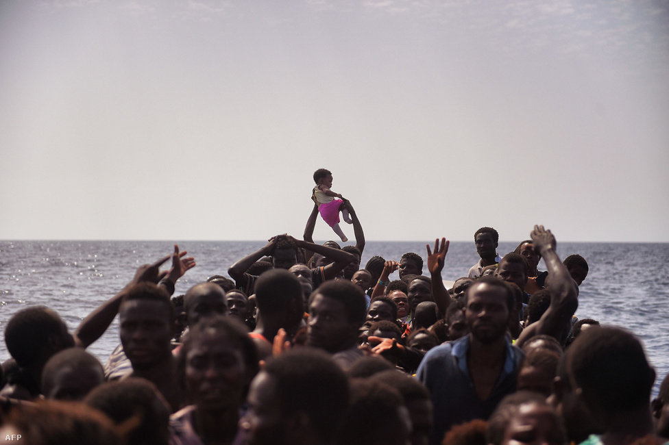 A pokol ennél csak jobb hely lehet. Arisz Messzinisz képei minden eddiginél sokkolóbb képet festenek a Földközi-tengeri menekülőút borzalmairól. Egy civil szervezet mentőhajójával járta napokig a tengert, és olyan helyzeteket fotózott, amin három év kemény rutinnal a háta mögött maga is megdöbbent. Egymást taposták a menekültek a túlzsúfolt hajókban, amiknek a padlóit az út során elhunytak holttestei borították. Ezrek érkeztek ilyen körülmények között Európába, a kezdetektől sejtve, hogy az út amire vállalkoznak mennyire veszélyes.A Nemzetközi Migrációs Szervezet (IOM) adatai                          szerint december 23-ig 358 403 migráns és menekült                          érkezett Európába, többségében Görögországba és                          Olaszországba a tengeren át. Miközben az olasz parti                          őrség ötezer embert ment ki                          naponta, az IOM szerint 4913-an vesztek oda, de más                          adatok szerint is több mint 4 ezer áldozata lehetett a                          Földközi-tengeri útnak 2016-ban.                         Az Europol december elején j                         elentette be, hogy megvizsgálja az év legsúlyosabb,                          500 menekült életét követelő tragédiáját. Április 9-én                          Egyiptom partjainál süllyedt el egy túlzsúfolt,                          menekülteket szállító hajó, mert embercsempészek egy                          teherbárkáról újabb embereket próbáltak felrakni a                          fedélzetére. Az utasok közül csak 37-en élték túl a hajó                          beborulását. Az utazás borzalmait egy görög fotós sorozata is megörökítette. A                          menekültválságról készült helyszíni riportjainkat itt gyűjtöttük össze                          követtük.
