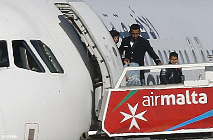 Az eltérített repülőgépről elengedték az utasokat