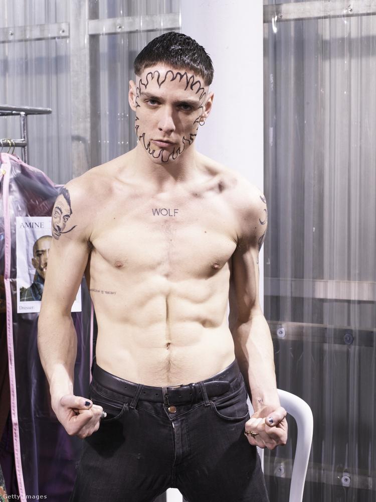 Vivienne Westwood egyik modellje a párizsi divathéten.