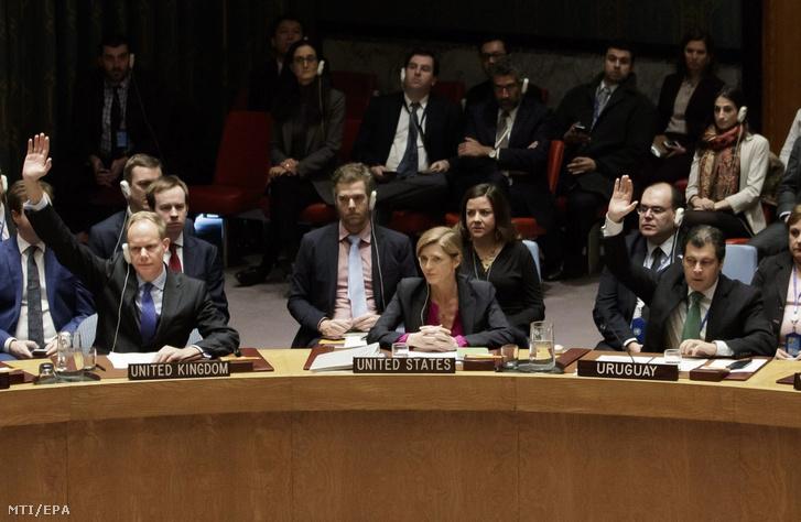 Az ENSZ Biztonsági Tanácsának tagjai kézfeltartással szavaznak a palesztin területekre épített izraeli telepeslakások jogszerű voltáról a világszervezet New York-i székházában 2016. december 23-án, az első sorban középen Samantha Power amerikai ENSZ-nagykövet.