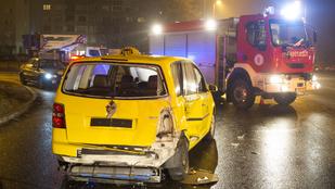 Csúnyán összeütközött egy taxi és egy kocsi a Pünkösdfürdő utcában