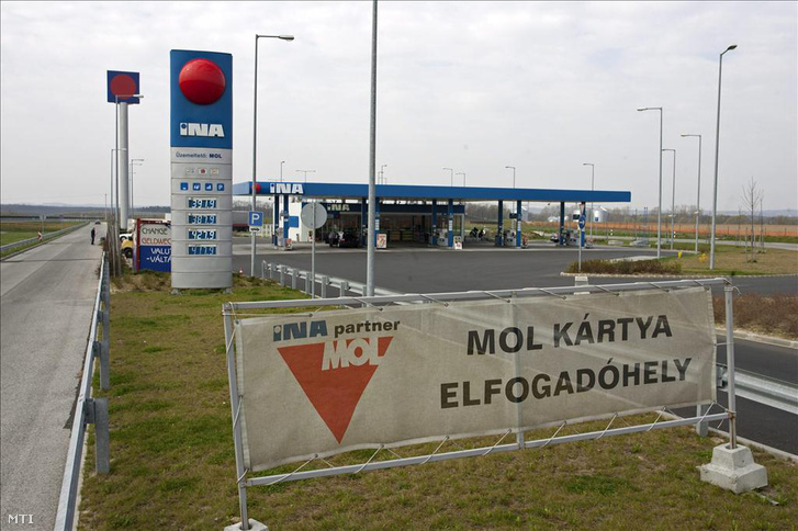 A Mol által üzemeltetett INA-benzinkút az M7-es autópályánál, Zalakomár közelében