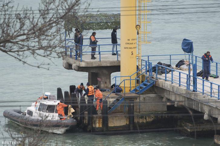 Az orosz Vészhelyzetek Minisztériumának munkatársai Szocsi mellett a lezuhant gép esetleges túlélői és roncsai után kutatnak