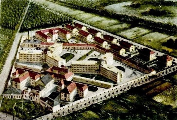 Korabeli légi fotó az épületről. Jól látszik a két csillag, ahol az elítélteket tartják, és a hasonló alakú, kúriaszerű bejárati tömb. A telket tökéletesen használta ki Wagner, a szomszédos területek még mind beépítetlenek
