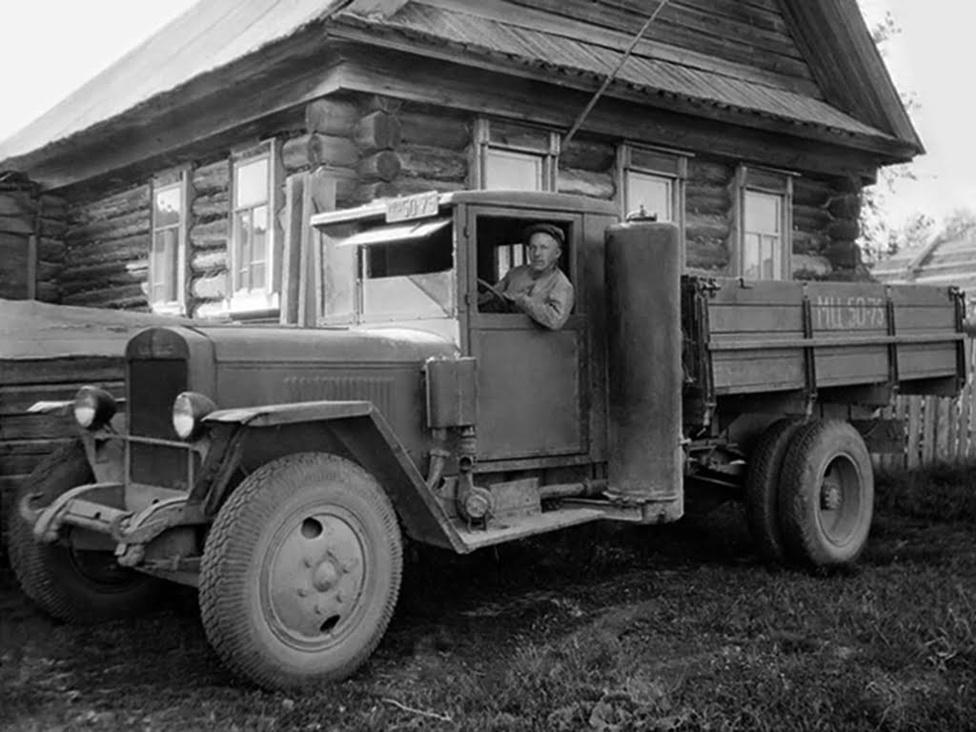 Még a ZISZ 5-ös alapjaira épült az 1946-ban bemutatott URALZISZ 352, amelynek az volt a különlegessége, hogy ez volt az első hidraulikus fékkel szerelt szovjet teherautó. Még ebben az évben átnevezték a gyárat URALZISZ-re.