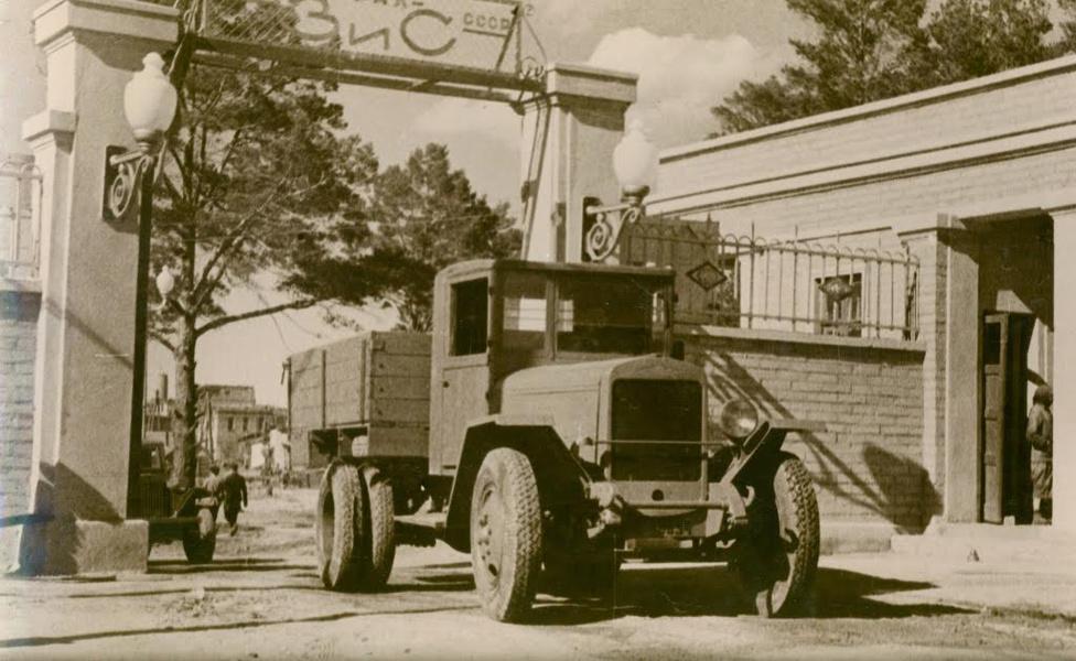 Az első Miasszban gyártott teherautó, egy ZISZ 5V 1944. július 8-án gördült ki a gyárkapun. A ZISZ 5-öt már egy évtizede gyártották különböző orosz gyártók, amikor a miasszi gyár is bekapcsolódott a termelésbe az új V jelű változattal, amelyen a háborús alapanyaghiány miatt sok ponton kellett egyszerűsíteni. Például szögletes sárvédőket és csak baloldali lámpát kaptak ezek a változatok. A ZISZ-5 különböző típusaiból 1932 és 1955 között több mint 1 000 000 darabot gyártottak az oroszországi gyárakban.