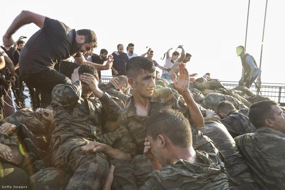 Egészen más fényben világítja meg a júliusi törökországi puccsot ez a fotó. Erdogan-párti civilek verik a teljesen összezavarodott és védekezni kényszerülő katonákat, akik közül sokan úgy vonultak utcára, hogy fogalmuk sem volt, milyen akcióban vesznek részt.2016. július 15-én éjjel puccskísérlet volt Törökországban, katonák                          foglaltak el stratégiai pontokat Ankarában és                          Isztambulban. Recep Tayyip Erdogan elnök ellenállásra                          szólította fel a híveit, akik az utcára vonultak,  és                          gyakorlatilag elfojtották a puccsot. Több százan                          meghaltak, közel 1500-an megsebesültek a harcokban. A                          puccskísérlet elbukása után durva tisztogatás indult:                          több ezer katonát, köztük tábornokokat vettek őrizetbe.                          2745 bírót leváltottak, a közszférából több tízezer                          embert bocsátottak el.                         A török kormány az Egyesült Államokban önkéntes                          száműzetésben élő Fethüllah Gülen hitszónokot vádolja a puccs megszervezésével. Erdoganék                          kérték Gülen kiadatását az Egyesült Államoktól, de a                          puccskísérlet több területen is tovább élezte az egyébként is feszült                          amerikai-török viszonyt. Gülen mindent tagadott, és                          Barack Obamáék bizonyítékokat vártak érintettségére,                          azonban Donald Trump leendő elnök nemzetbiztonsági                          főtanácsadója már jelezte, hogy kiadná a hitszónokot a                          törököknek.