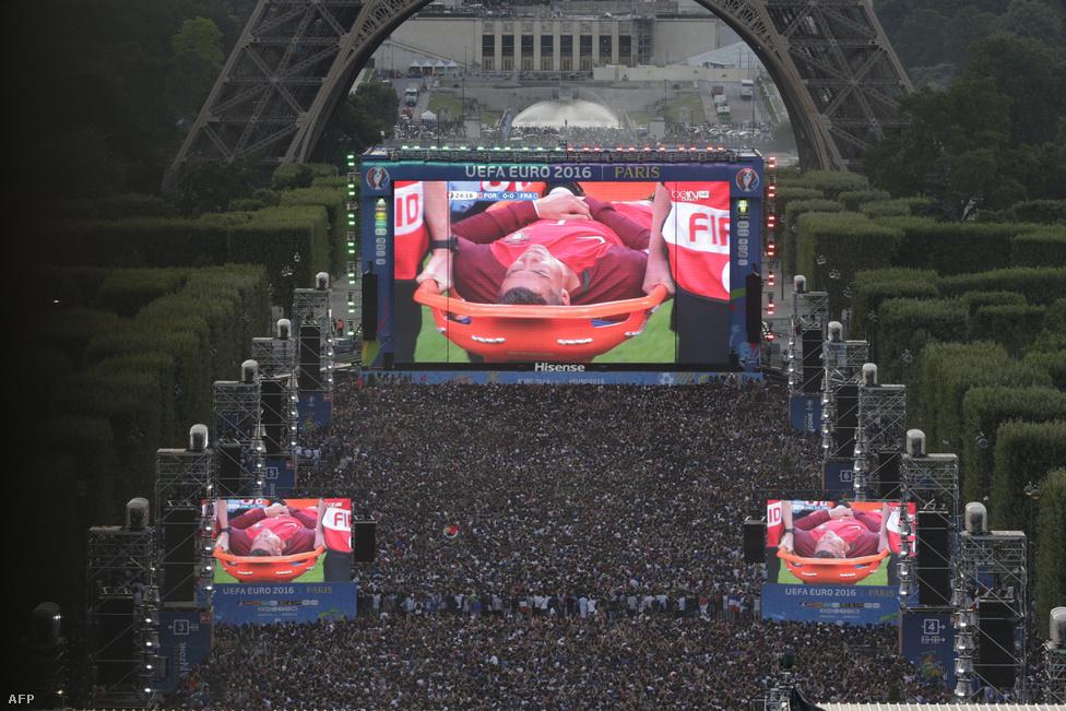 Cristiano Ronaldót hordágyon kellett levinni a pályáról a portugálok és a franciák döntőjén, de hosszabbítás  után, 1-0-ra a magyarokkal egy csoportból induló csapat nyerte az Európa Bajnokságot. A kép az Eiffel-torony lábánál felállított szurkolói zónából készült, ahol több ezer ember nézhette végig a meccset óriáskivetítőkön. Ennek a képnek a sportértéke nem túl erős, inkább szól a sportot éltető szórakoztatóiparról. Gondoljanak bele, mit látunk rajta tulajdonképpen: ezrek nézik éljenezve, óriáskivetítőkön egy híres ember szenvedését.A terrorveszély                          árnyékában, szükségállapot bevezetése mellett rendezték                          meg a futball Eb-t Franciaországban, amin a magyar                          válogatott egy Ausztria elleni győzelemmel, majd pedig                          Izland és Portugália elleni döntetlenekkel továbbjutott                          a csoportból, végül a belgák jelentették a végállomást.                          A Bernd Storck vezette magyar csapat bizonyított, itt értékeltük az Eb-                         szereplést. Az UEFA hivatalos közönségszavazásán                          Gera Zoltán portugálok elleni találata lett lett a torna                          legszebb gólja. Megelőzte többek között a svájci                          Xherdan Shaqiri ollózását, a walesi Hal Robson-Kanu                          fordulás után lőtt lövését, Cristiano Ronaldo elődöntős                          fejesét, illetve Éder Eb-győzelmet érő gólját.