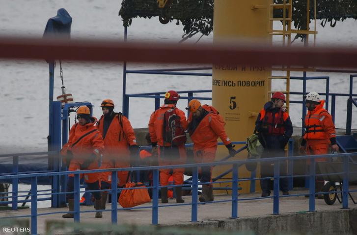 A kutatóegység tagjai Szocsi partjainál