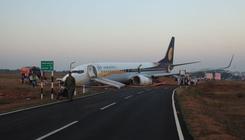 Kicsúszott a futópályáról egy Boeing, csúszdán mentették az utasokat