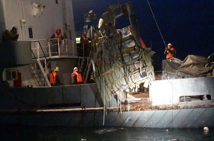 A rendkívüli helyzetek orosz minisztériuma által közreadott képen kiemelik a szerencsétlenül járt repülőgép egyik roncsdarabját a Fekete-tengerből