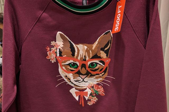 H&M: a Gucci hatás nem hozta meg a kívánt sikert, így ez a cicás pulcsi már csak 3500 forint.