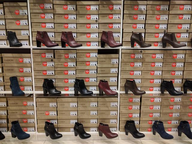 CCC: a lengyel cipőkereskedő-óriás beköltözött a Vörösmarty téri H&M hűlt helyére. Minden tele van a hirdetéseikkel.